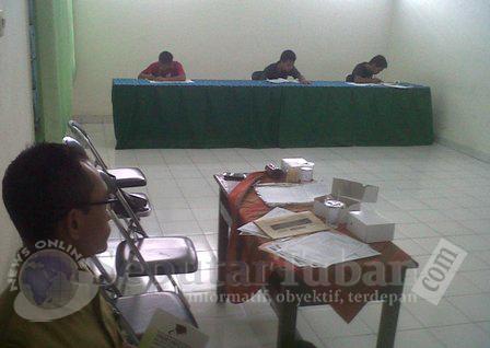 SERIUS : Ketiga siswa saat menjalani UN di Lapas Tuban