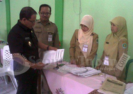 SIDAK : Wakil Bupati Tuban, Noor Nahar Hussein saat melakukan pemeriksaan pelaksanaan UN di MAN Tuban