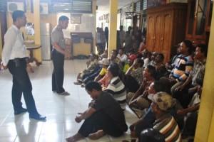 Gruduk Polres : Warga Desa Mlangi saat mendatangi Mapolres Tuban dan ditemui Kapolres