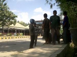 PROTES : Warga saat mendatangi PT Semen Indonesia