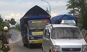 TANPA POLISI : Kondisi jalur pantura yang terganggu akibat truk mogok dijalan