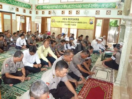 KHUSYU' : Suasana do'a bersama di Masjid Baitul Mukmin Mapolres Tuban