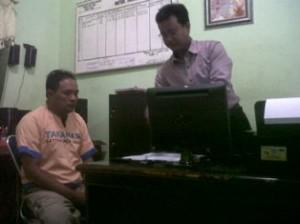 PENJAHAT SMS: Heru Prayitno saat dimintai keterangan penyidik Reskrim Polres TUban, Selasa (06/05/2014).