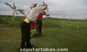 ADU CEPAT DAN TANGKAS: Salah seorang joki siap-siap menerbangkan merpati balap dalam lomba yang digelar di kecamatan Jenu, Minggu (25/05/2014).