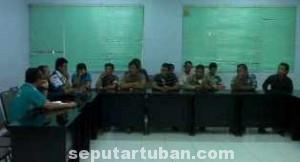 TIDAK ADA KEPASTIAN: Warga desa ring 1 saat berdialog dengan staf PT Holcim Indonesia, Senin (19/05/2014) pagi. Lagi-lagi pertemuan ini tanpa hasil.