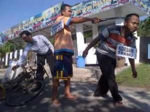 BERDARAH DINGIN: Sempuk Adi Saputra saat menjalani reka ulang di halaman belakang Mapolres TUban, Selasa (06/05/2013).