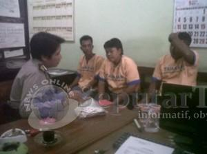 TAK BERKUTIK: Ketiga pelaku judi remi warga Kecamatan Kerek saat diperiksa aparat Polres Tuban.