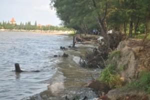 PALING PARAH: Inilah salah satu pengikisan yang terjadi di kawasan pantai Terminal Wisata Tuban.