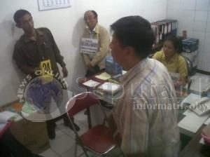 TERUS DIPROSES : Salah satu adegan rekontruksi kasus hilangnya liontin dan perhiasan KSB, Rabu (14/5/2014)