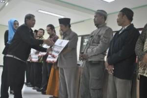TANGGUNG JAWAB: Sejum;ah tokok masyarakat mnerima bantuans emen secara simbolis dari PT Semen Indonesia.