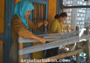 NYARIS PUNAH : Proses pembelajaran menenun diwilayah Kecamatan Kerek