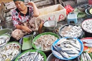 STOK MELIMPAH: Salah satu aktifitas penjualan ikan laut di pasar tradisional Desa Margomulyo, Kecamatan Kerek.