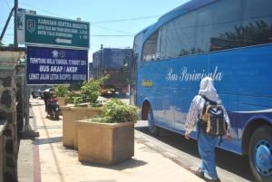 URAI KEMACETAN: Bus AKDP maupun AKAP muali saat ini dilarang melintas di Jalan Teuku Umar Kota Tuban.