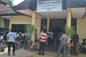 MOSI TIDAK PERCAYA: Massa Desa Sawir saay melakuan orasi di depan Kantor Inspektorat Tuban.