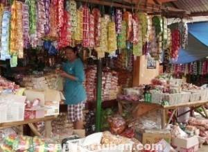 SIAP-SIAP: Salah satu pedagang sembako di Pasar Tradisonal Tuban, Jumat (30/05/2014) pagi.