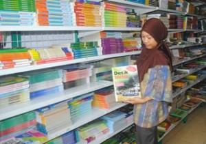 PASCA UN: Jelang pelaksanaan SNMPTN sejumlah toko buku di Tuban mulai diserbu para siswa yang akan masuk PTN.