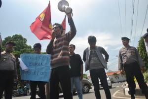 USUT MAKELAR PENDIDIKAN: Para aktifis kampus yang tergabung dalam Ikatan Mahasiswa Muhammadiyah (IMM) Cabang Tuban saat melakukan aksi demo, Jumat (02/05/2014).