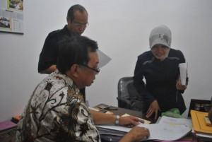 SUARANYA HILANG: Caleg DPR RI Dapil IX PDIP, Tjong Ping saat melakukan klarifikasi ke KPUD Tuban.