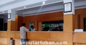 LENGANG: Salah satu loket layanan di Kantor Pegadaian Cabang Tuban, Senin (26/05/2014).