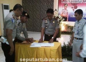 QUICK WIN : Kapolres Tuban saat menandatangani lauching program sms ini
