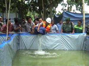 HARAPAN BARU : Peresmian budidaya lele dilakukan pejabat pemerintah kecamatan, desa, perusahaan dan warga