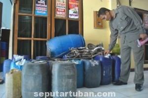 BARANG BUKTI: Ribuan liter arak dalam jerigen yang berhasil diamankan aparat Polres Tuban dari sejumlah sentra di Kecamatan Semanding.