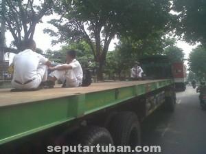 MEMBUDAYA : Sejumlah pelajar saat menumpang truk didepan Mapolres Tuban.