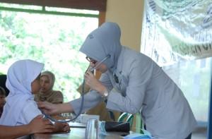 UNTUK MASYARAKAT : Pengobatan massal kepada warga sekitar pabrik yang dilakukan oleh PT Semen Indonesia secara rutin sebagai bentuk tanggung jawab sosial