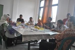 PROTES : Peserta seleksi komisioner KPUD Tuban saat protes proses seleksi yang dinilai penuh kecurangan di Kantor KPUD Tuban, Rabu (14/5/2014)