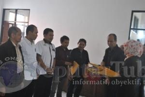 DISAHKAN : Hasil pleno KPUD Tuban diserahkan kepada perwakilan Parpol