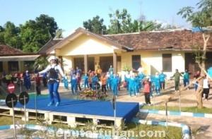 WUJUD KEBERSAMAAN : Senam bersama di Mapolsek Kerek, sambut HUT Bhayangkara ke 69
