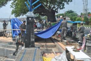 MELANGGAR PERDA: Para petugas Satpol PP Tuban tengah melakukan penertiban PKL di depan Klenteng Kwan Sing Bio Tuban, Kamis (01/05/2014).