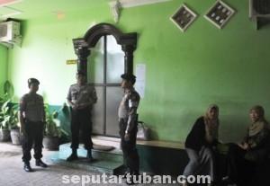 BATAL DEMO : Tes wawancara seleksi komisioner KPUD Tuban dijaga ketat Polisi, karena dikabarkan akan ada aksi penghentian paksa proses seleksi ini