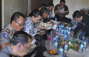 SYUKURAN WARTAWAN: Ketua PWI TUban Cipnal Muchlip Muhaimin memotong tumpeng di kantornya Gang Depag Nomor 45 B.