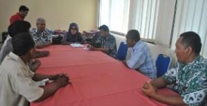 MENCARI KEADILAN: Pewakilan warga Desa Sawir saat berdialog dengan Inspektur Pembantu Wilayah 2, Dwi Astutik, Kamis (08/05/2014)