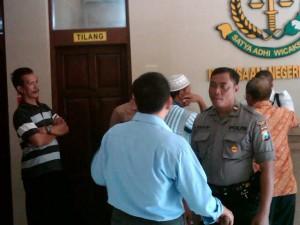 ROTES KASUS KORUPSI: Warga Desa Patihan, Kecamatan Widang, saat berada di kantor Kejaksaan Negeri Tuban, Jumat (02/05/2014) pagi.