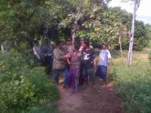 MIMPI YANG KANDAS: Lestari, remaja 25 tahun warga Desa Tuwiri wetan, Kecamatan Merakurak, saat diamankan polisi dibantu warga sekitar.