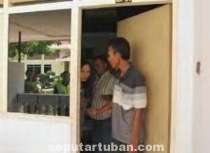 TAK BERKUTIK: Kades Nur Indahyani saat digelandang dari salah satu kamar Hotel Purnama, Rabu (06/07/2014) siang.