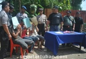 DIBEKUK : Para tersangka saat di Mapolsek Kerek
