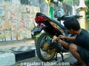 LUMAYAN : Bisnis penjualan stiker masih menguntungkan di Kabupaten Tuban