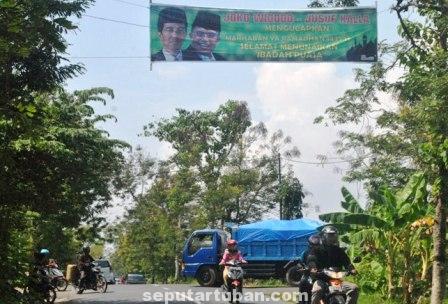 DIBIARKAN : APK Pasangan Capres-Cawapres dipasang melintang jalan Kecamatan Merakurak tidak ditertibkan