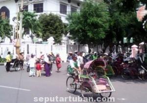PANEN ORDER: Para tukang becak di Kota Tuban bersiap menyambut even pilpres 9 Juli mendatang.