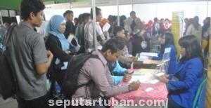 BERJUBERL: Para pencari kerja dengan antusias memadati acara job market fair yang digelar Pemkab Tuban.