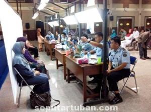 DIKELUHKAN : CJH Tuban 2014 saat mengikuti foto passport