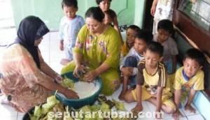 MOMEN ISTIMEWA: Nurul dibantu keluarga besarnya tengah menyiapkan acara kupatan.