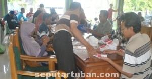 TIDAK ADA POLISI: Salah satu proses pekerjaan pelipatan suara untyuk PIlpres 2014  di Kabupaten Tuban, Jumat (27/06/2014) siang.