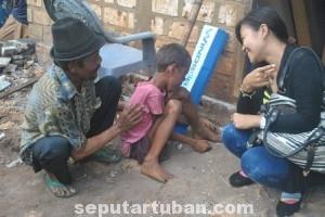 TAK CANGGUNG: Seorang penggawa cewek Oke Pub dan Karaoke asyik bercengkerama dengan Darmono di rumahnya Dusun Tegal Peron, Desa Padasan, Kecamatan Kerek, Kamis (19.06/2014) siang.
