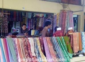 LARIS MANIS : Aktivitas toko penjual kain mulai ramai, karena meningkatnya pembelian konsumen jelang Ramadhan dan tahun ajaran baru