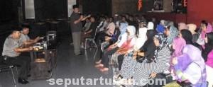 FOKUS: Para Ladys Oke Pub dan Karaoke serius mengikuti paparan Gus Reza.