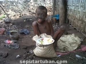 TAK BERDAYA: Darmono bocah lelaki 14 tahun yang tinggal di Dusun Tegal Peron, Desa Padasan, Kecamatan Kerek, mungkin hanya sedikit dari keluarga miskin yang luput dari pengawasan pemerintah daerah.